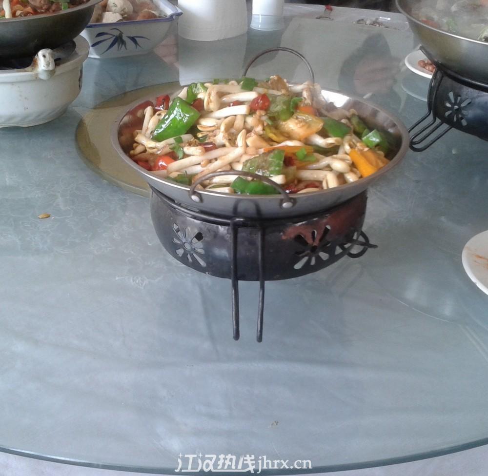 兔子火锅 草鱼火锅 豆芽干锅,分享今天午餐啊.