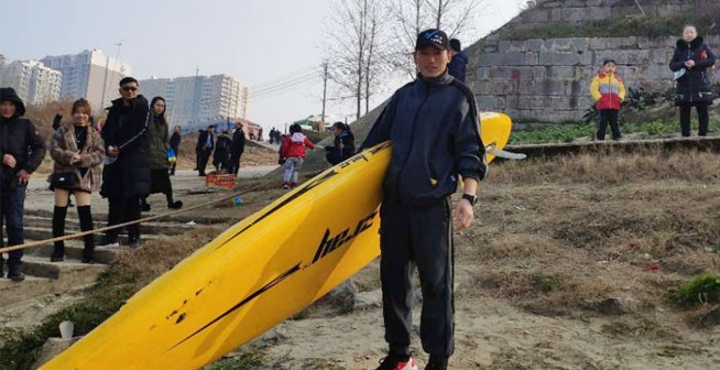 仙桃小伙划桨载人横渡襄河只需6分钟