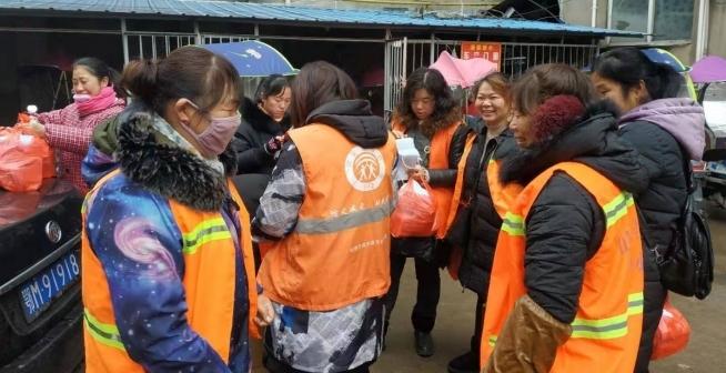江汉热线为一线环卫工人和交警送去防护口罩