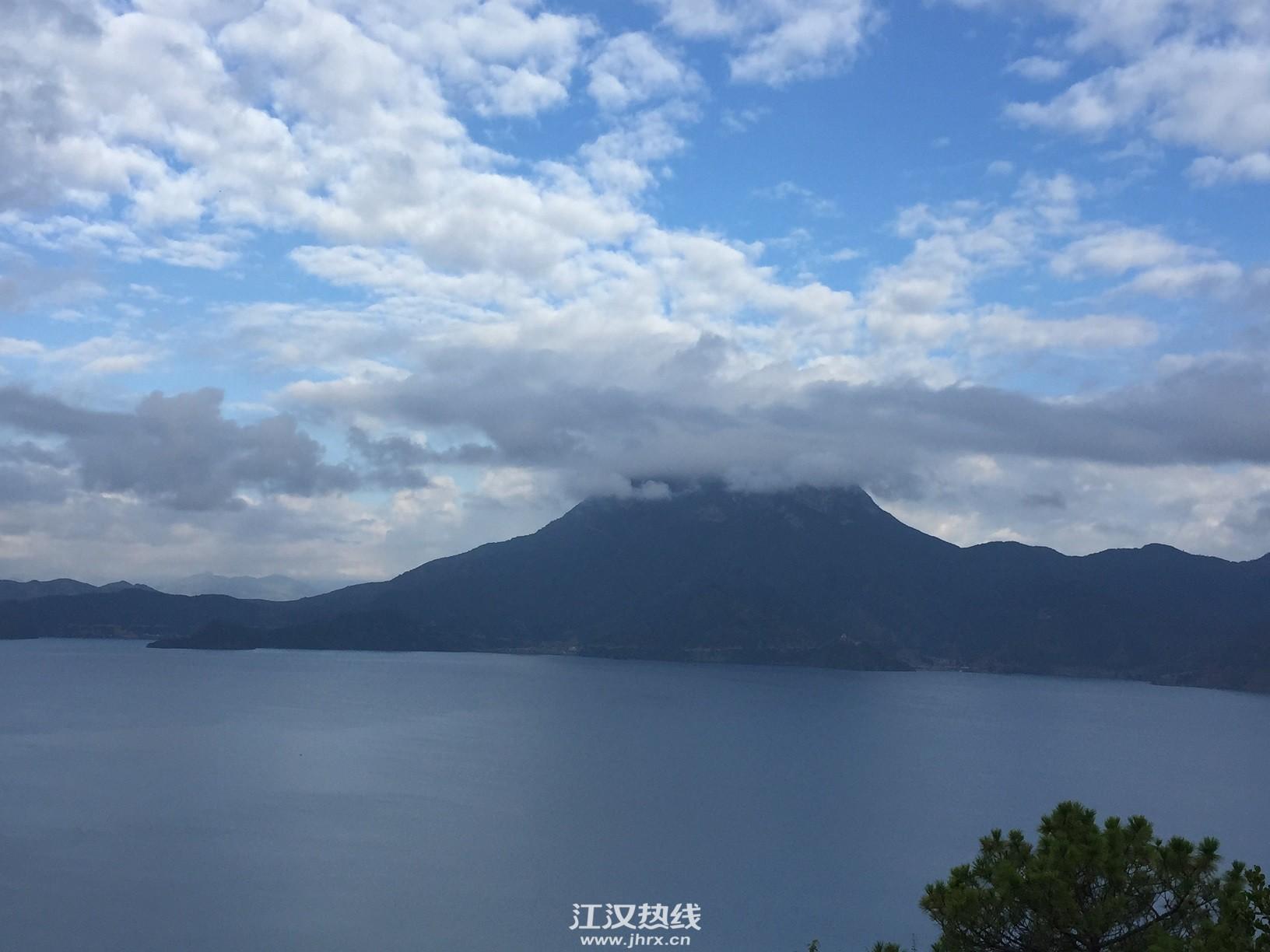 云中的格姆女神山