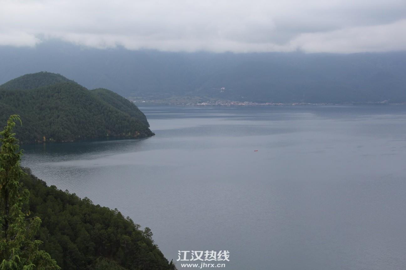 清晨的泸沽湖