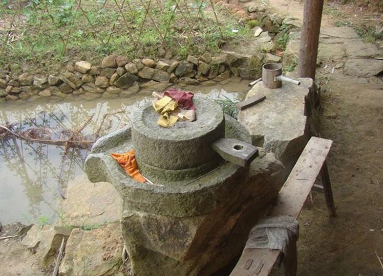 不一样的石磨,同样的是时间的洗礼