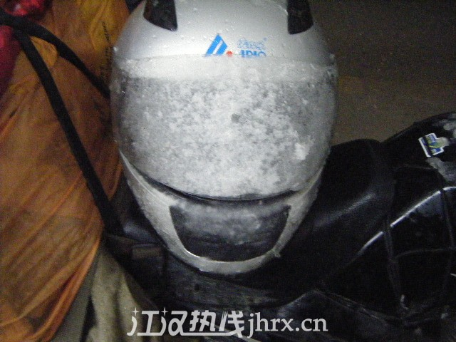 头盔面罩被雪全部盖住.jpg